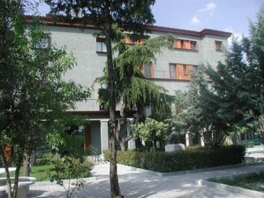 Edifición de Fundación CNSE, fachada verde, arboleda alrededor