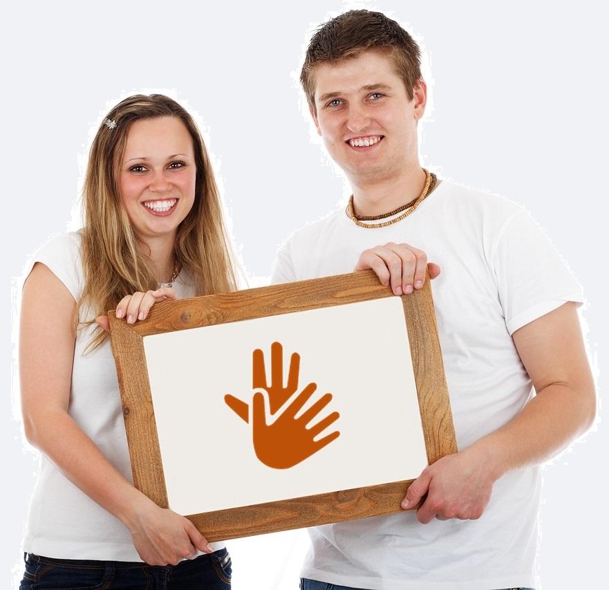 Un joven y una joven adolescentes con camiseta blanca sostienen una pizarra con una ilustración de dos manos que representan la lengua de signos